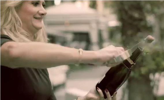 Sophie Gayot sabre le champagne!